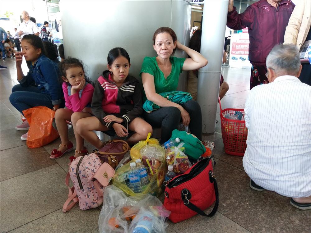 Nhiều người mang theo đồ ăn để chờ đón người thân.