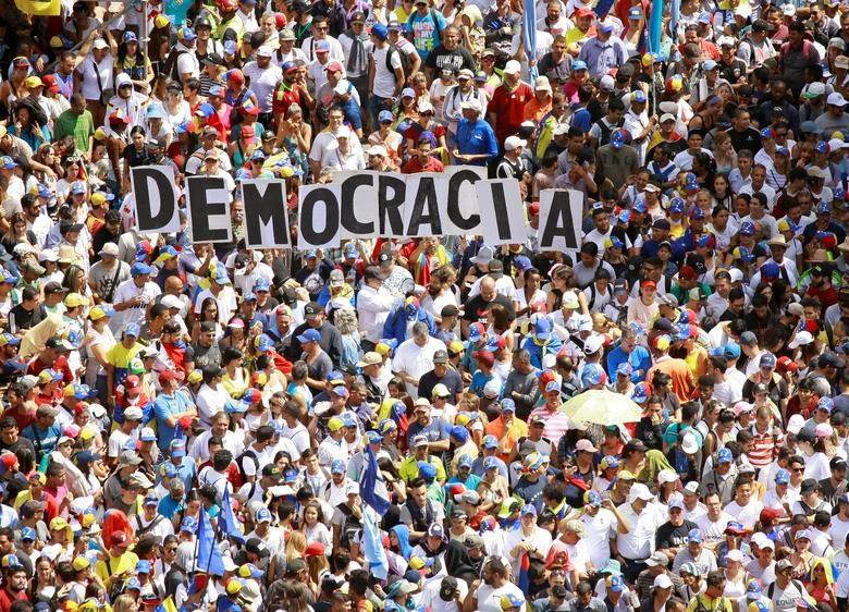 Hàng trăm nghìn người ủng hộ chính phủ cánh tả Venezuela đã xuống đường tuần hành, khẳng định quyết tâm bảo vệ tiến trình cách mạng mà quốc gia Nam Mỹ này đã theo đuổi trong suốt 2 thập kỷ qua. Ảnh: Reuters.