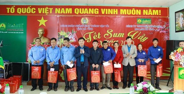Trao quà tại Chương trình Tết sum vầy của CĐ ngành GTVT Hà Tĩnh
