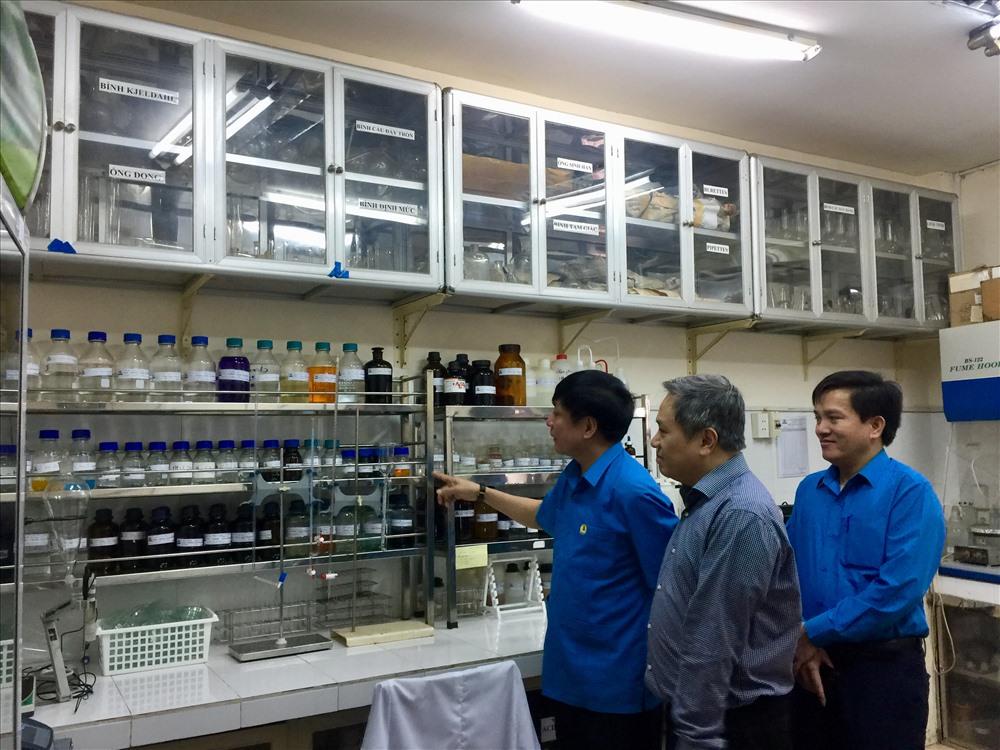 Chủ tịch Bùi Văn Cường tham quan Phòng thí nghiệm phân tích thể tích