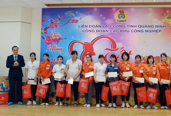 Ủy viên Trung ương Đảng, Chủ nhiệm Ủy ban Kinh tế của Quốc hội Vũ Hồng Thanh tặng quà Tết cho công nhân Cty Yazaki. Ảnh: Dương Trường
