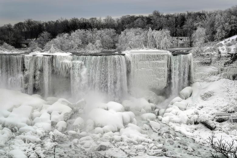 Đợt lạnh kéo dài ở Bắc Mỹ khiến nhiều khu vực trên thác Niagara đóng băng, tạo nên quang cảnh kỳ vĩ.