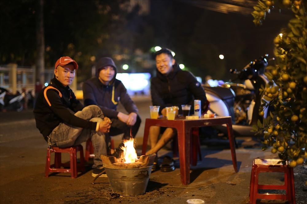 Trời về khuya lạnh giá, nhiều người cùng nhau đốt lửa sưởi ấm.