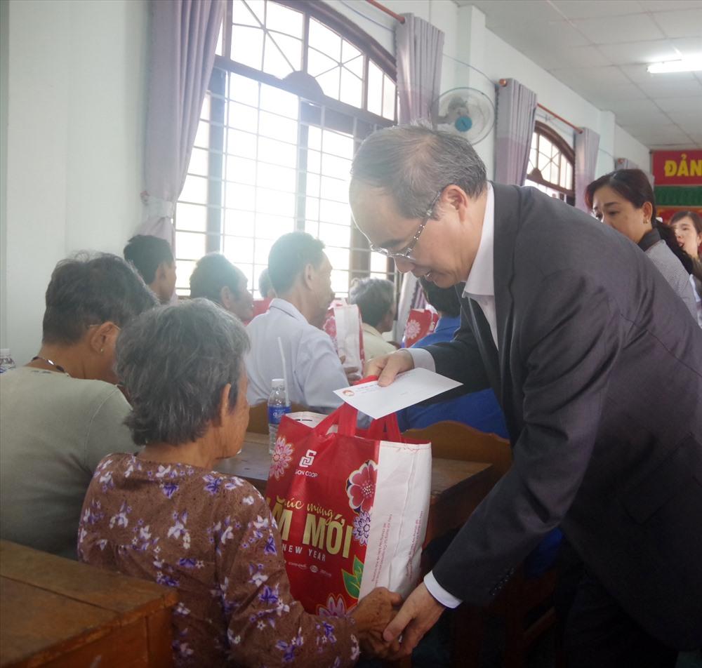 Ông Nguyễn Thiện Nhân trao quà tết cho công nhân lao động