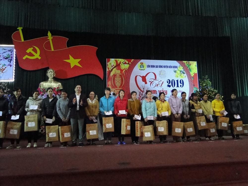 Lãnh đạo UBND huyện Kiến Xương trao quà cho CNLĐ.