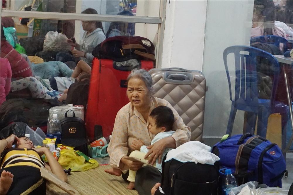 Các em bé và người giá sức chịu đựng kém, là người bị ảnh hưởng nhiều nhất trong đợt trễ tàu lần này.