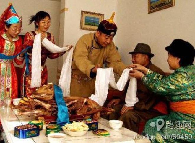 Người dân Mông Cổ tặng nhau những vật dụng màu trắng trong ngày Tết để cầu chúc những điều may mắn hạnh phúc sẽ đến với gia chủ.