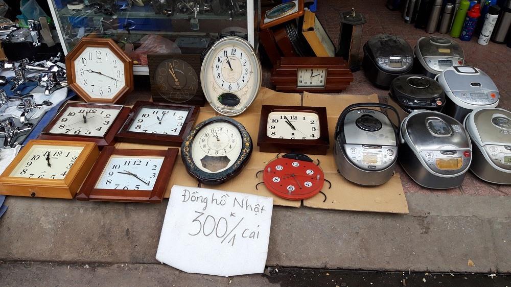 Đồng hồ và nồi cơm điện Nhật được bày bán niêm yết giá công khai.