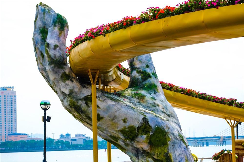 """Ở đường hoa Xuân Kỷ Hợi lần này đặc biệt xuất hiện mô hình cây """"Cầu Vàng"""". Biểu tượng sản phẩm du lịch mới nổi tiếng khắp toàn cầu ở Bà Nà Hills lần đầu tiên sẽ """"xuống phố"""" để người dân và du khách chiêm ngưỡng."""