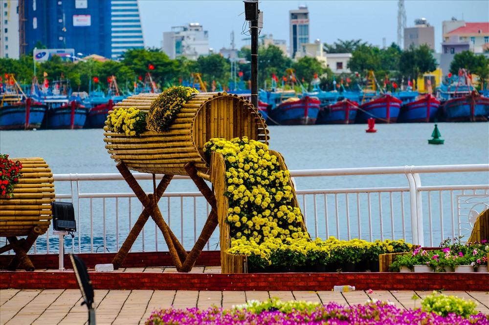 Bên cạnh mô hình Cầu Vàng, đường hoa sẽ được chia thành hai khu vực chính là biển cả và sông núi và các tiểu cảnh được trang trí tại Hội Hoa Xuân Đà Nẵng.