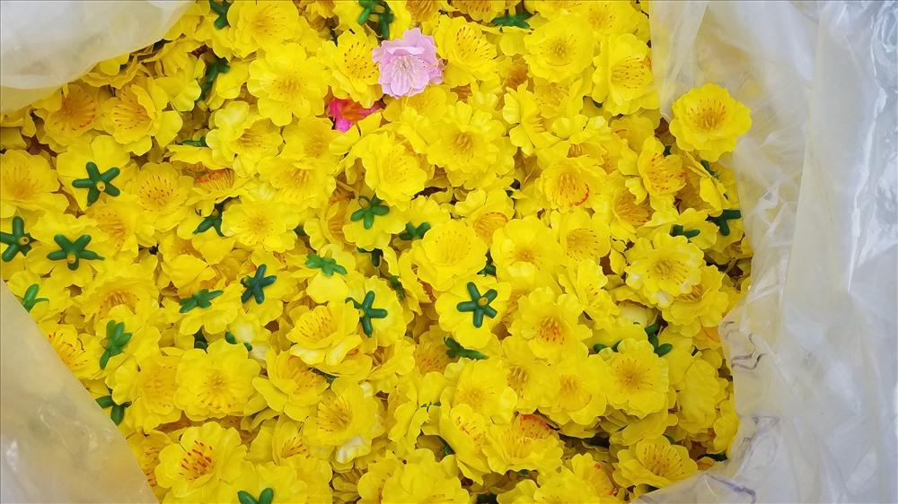 Hoa mai làm bằng vải cũng là mặt hàng hút khách. Qua nhiều năm cải tiến, hoa mai làm bằng vải ngày càng đa dạng, nhìn xa không khác hoa thật.