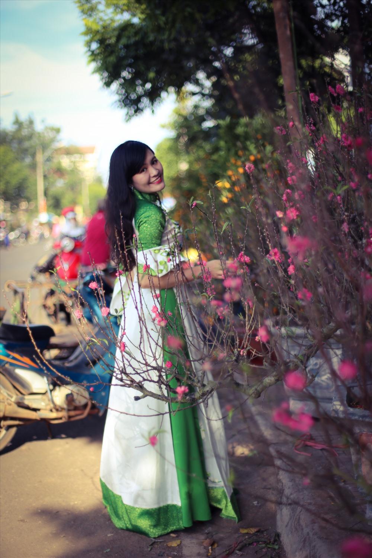 Trong những ngày giáp Tết, chợ hoa Buôn Ma Thuột (Đắk Lắk) đã trở thành điểm đến thu hút đông đảo bạn trẻ Hà Nội. Tiết trời giá rét nhưng khá khô ráo dịp cận Tết tạo điều kiện thuận lợi cho các thiếu nữ khoe dáng trong bộ ảnh đón xuân.