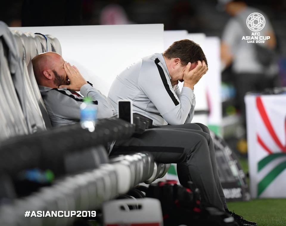 Hai thành viên ban huấn luyện tuyển Qatar ôm mặt khóc nức nở sau tiếng còi mãn cuộc trận tứ kết với Hàn Quốc. Đây là lần đầu tiên Qatar lọt vào bán kết Asian Cup 2019.