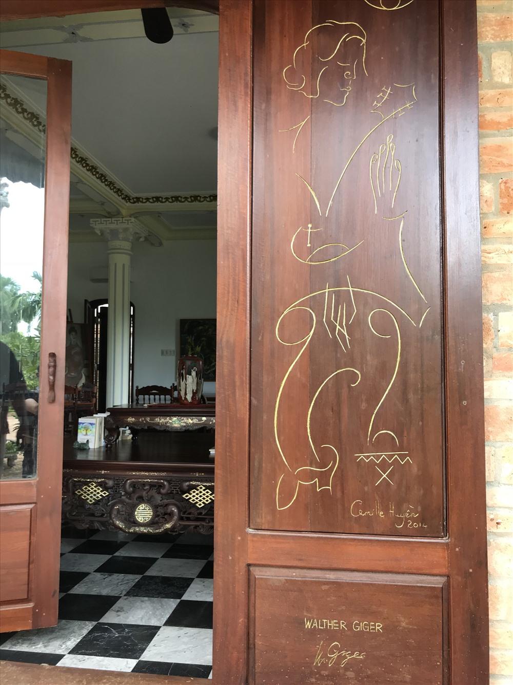 Camile Huyền đã lưu giữ thầy mình trên khung cửa như thế này ở Bến Xuân. Ảnh: H.V.M