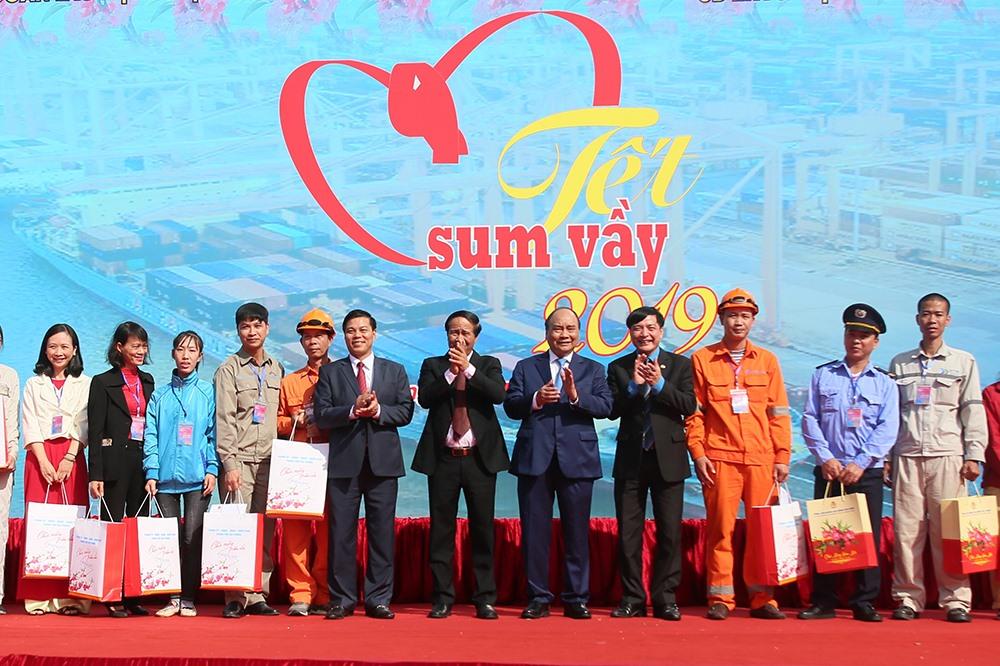 Những công nhân, người lao động đang làm việc tại cảng Hải Phòng được Thủ tướng Nguyễn Xuân Phúc thăm hỏi, tặng quà và chúc Tết.