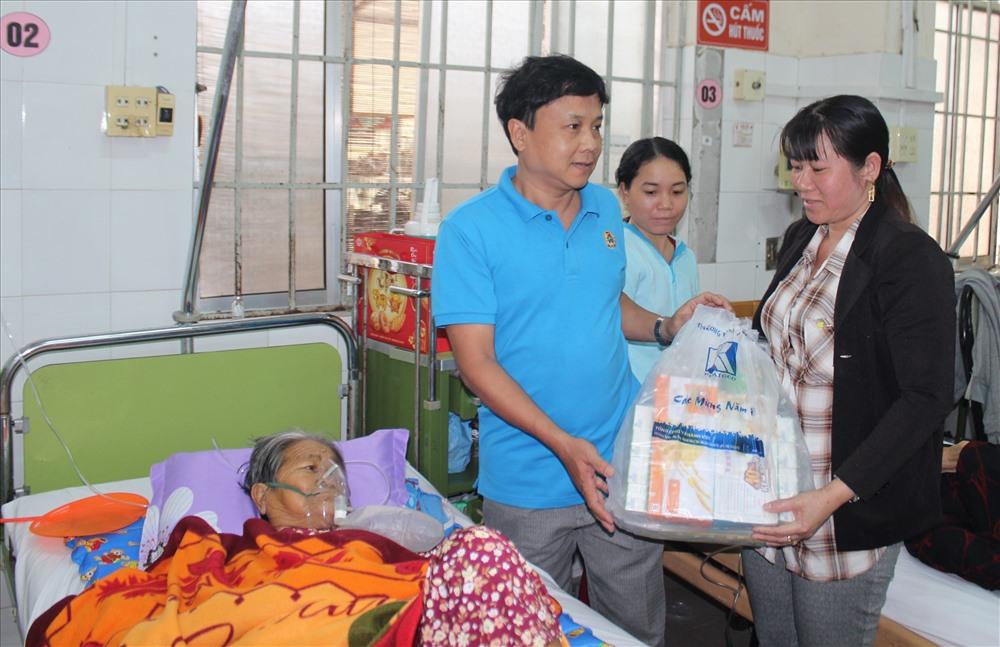 Ông Bùi Đăng Thành, trưởng ban Chính sách pháp luật LĐLĐ tỉnh Khánh Hòa trao phần quà tết cho bệnh nhân.