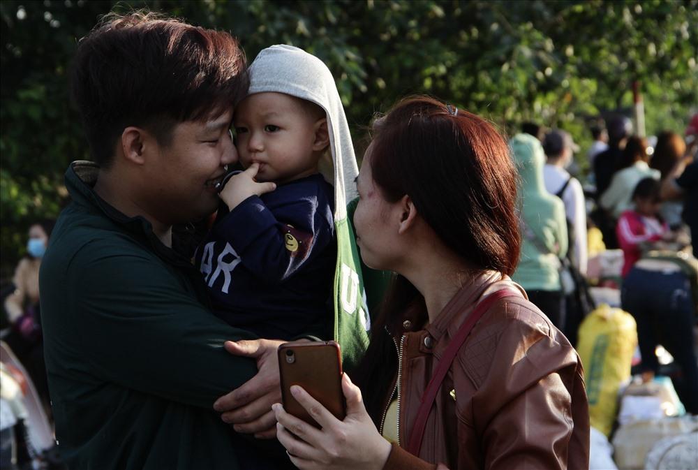 Anh Hà Văn Toàn (26 tuổi, quê Gia Lai) cùng vợ và con đón xe về Đắk Lắk.