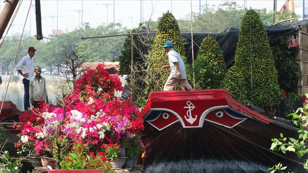 Những con thuyền chở đầy hoa, cây cảnh chuẩn bị cập bến.