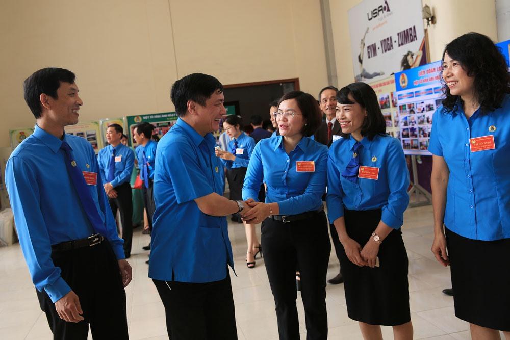 Chủ tịch Tổng LĐLĐVN Bùi Văn Cường thăm hỏi cán bộ công đoàn. Ảnh: SƠN TÙNG