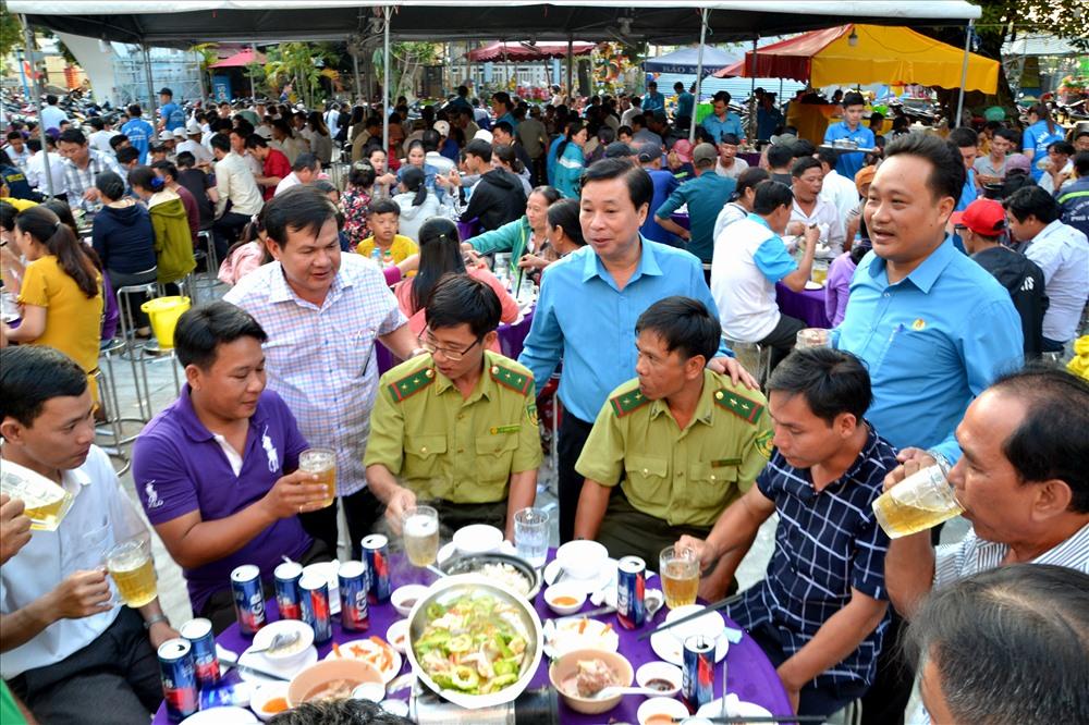 Đại diện lãnh đạo LĐLĐ Kiên Giang, Huyện ủy đến tận từng bàn  thăm hỏi, chúc Tết và chung vui với CNLĐ. Ảnh: Lục Tùng