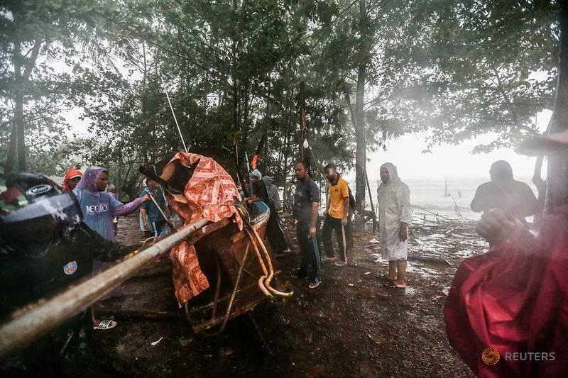 Ngư dân kéo một chiếc thuyền ra khơi khi cơn bão nhiệt đới tiếp cận tỉnh phía nam Nakhon Si Thammarat, Thái Lan, ngày 4.1. Ảnh: Reuters