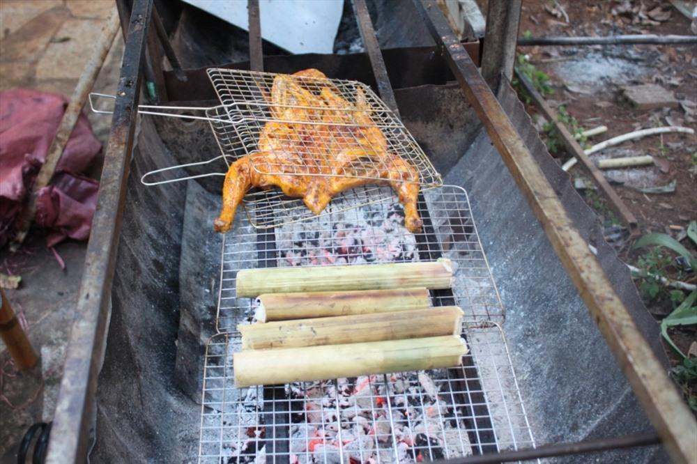 Món cơm lam, gà nướng làm nức lòng du khách gần xa.