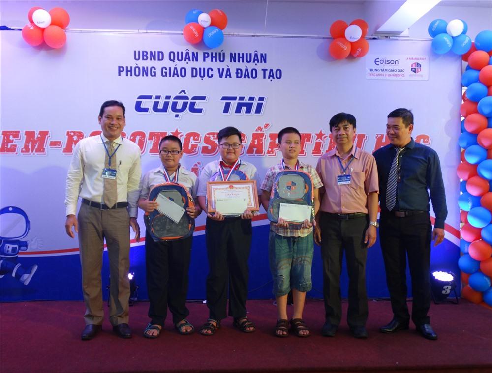 Ông Nguyễn Văn Đến - Phó phòng Giáo dục và Đào tạo trao quà cho các em học sinh trường Tiểu học Cao Bá Quát đạt giải Nhất tại cuộc thi.