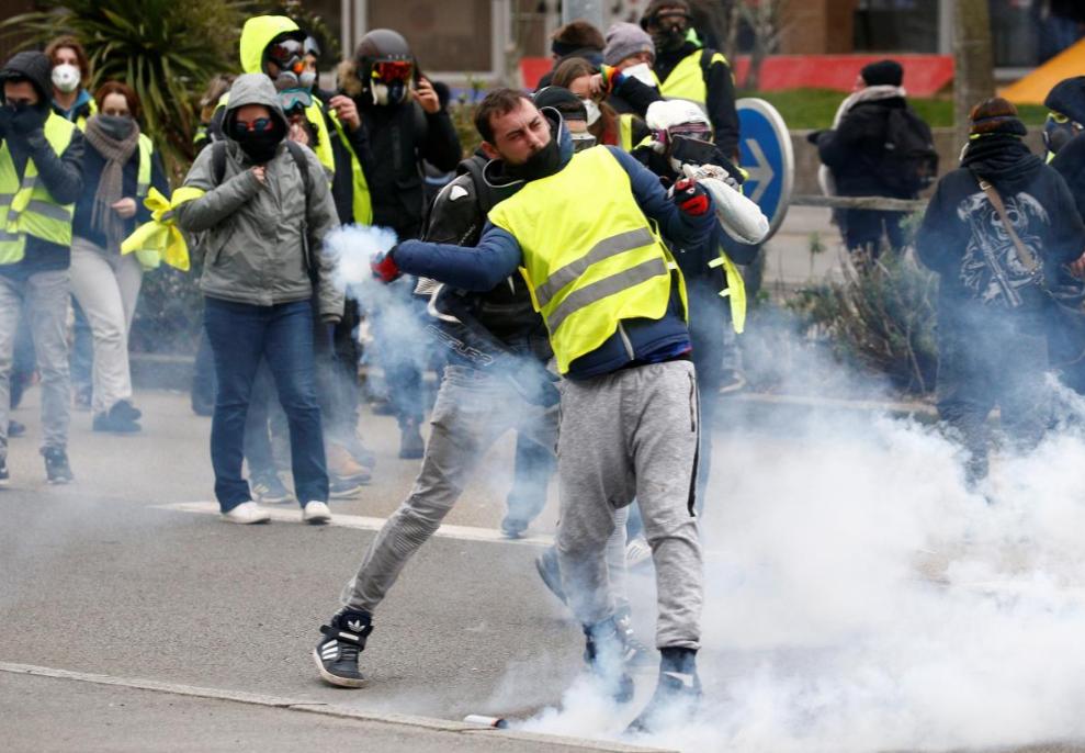 Ngày 5.1, cuộc biểu tình ngày thứ 7 đầu tiên của năm 2019 và là tuần thứ 8 liên tiếp bắt đầu một cách ôn hòa, nhưng về cuối ngày đã bùng phát bạo lực khi những người biểu tình ném khí giới về phía cảnh sát chống bạo động đang chặn ở các cầu trên sông Seine. Ảnh: Reuters.