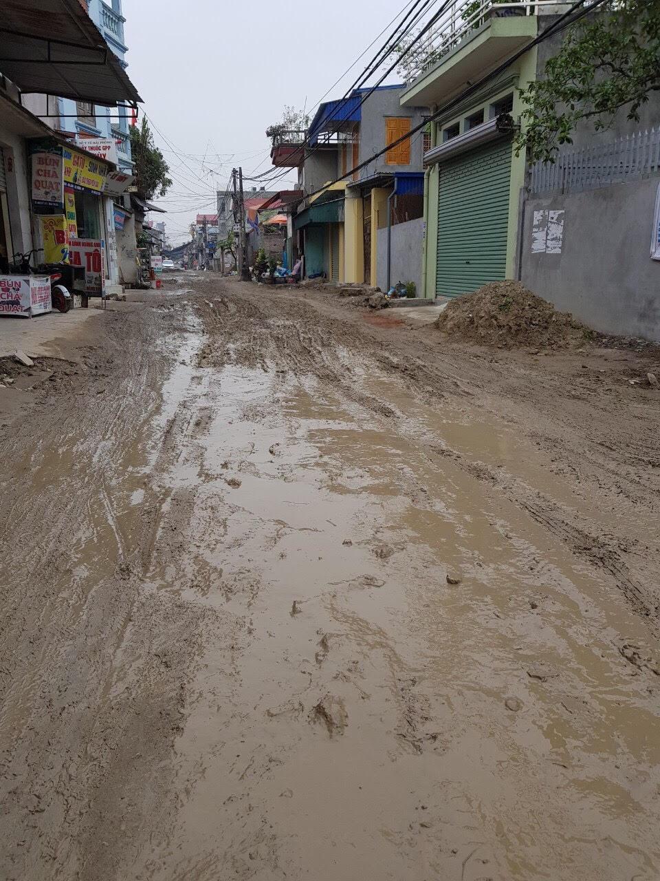 Ngày mưa, đường biến thành dòng sông sình lầy - ảnh HH