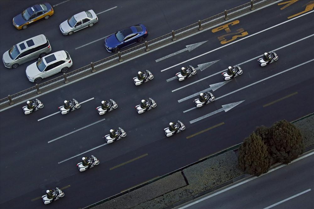 Đoàn xe mô tô của cảnh sát bán quân sự Trung Quốc hộ tống nhà lãnh đạo Kim Jong-un. Ảnh: AP