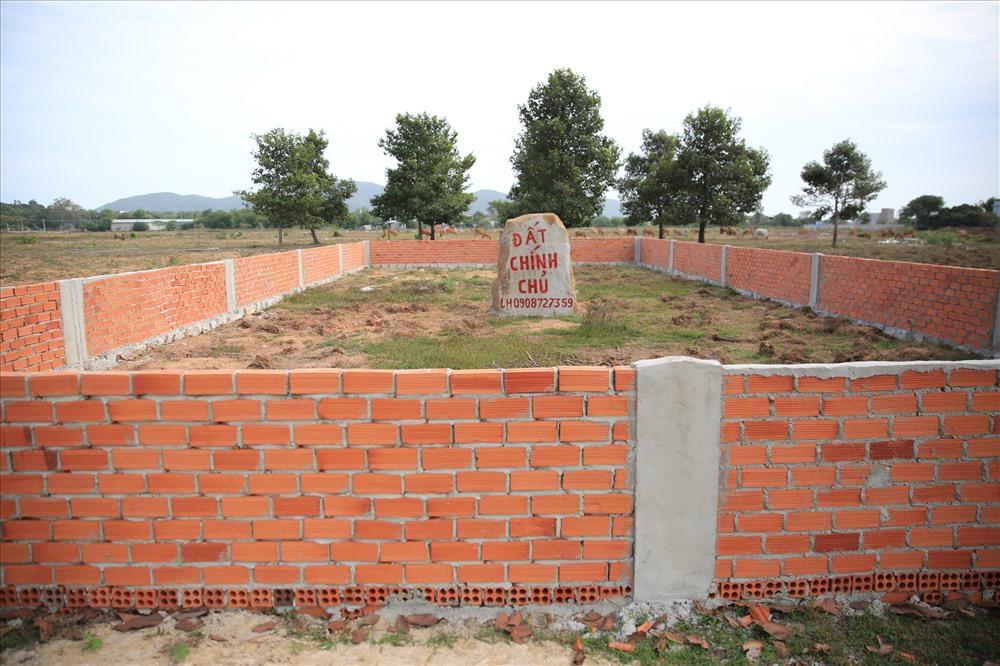 Nhiều chủ đầu tư cũ phải xây tường bao cắm mốc trên đất mình để tránh bị...bán một nền 2 chủ