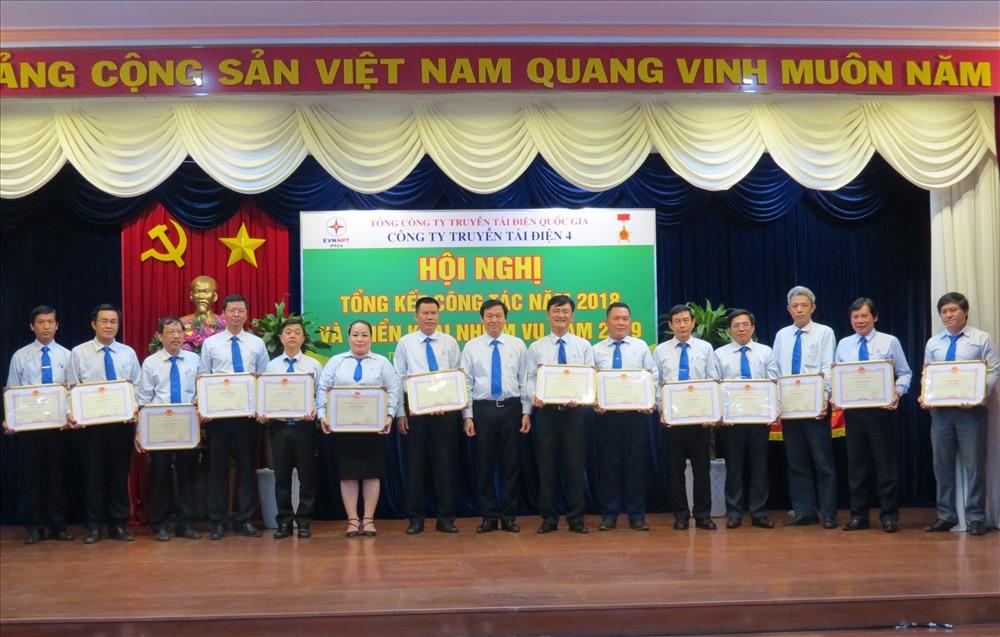 Các cá nhân xuất sắc của Cty Truyền tải Điện 4 được khen thưởng tại lễ tổng kết hoạt động của đơn vị