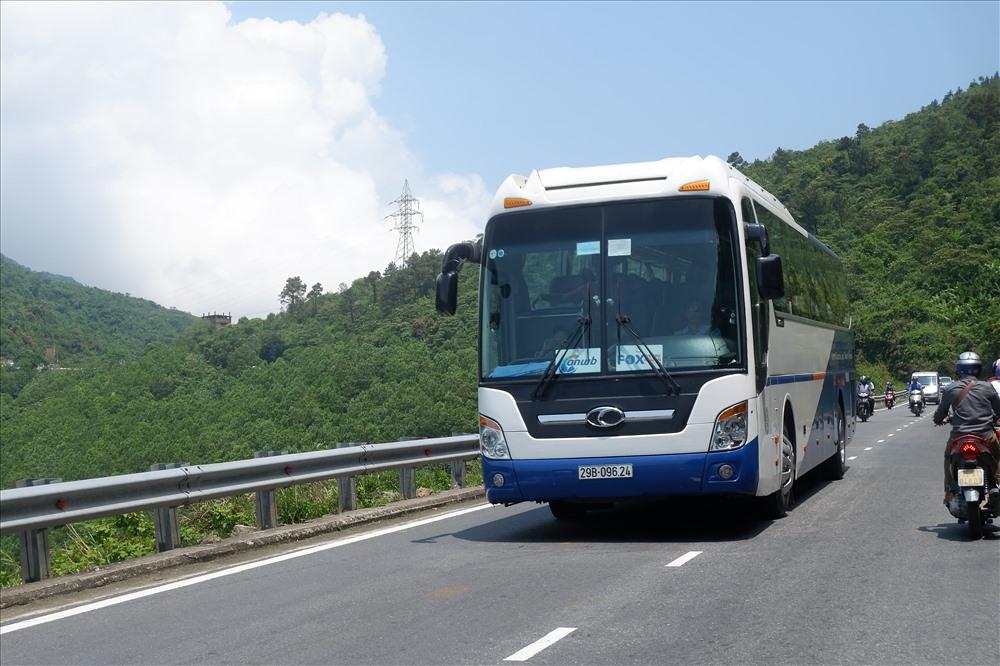"""Các loại xe buýt du lịch là """"khách quen"""" của cung đường này. Ảnh: Thúy Hiền"""