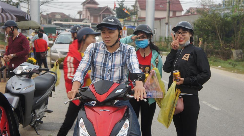 Một nhóm bạn trẻ từ Nghệ An đã vào đây từ lúc 6 giờ 30 phút để mua sắm lễ vật, cùng nhau du xuân đầu năm