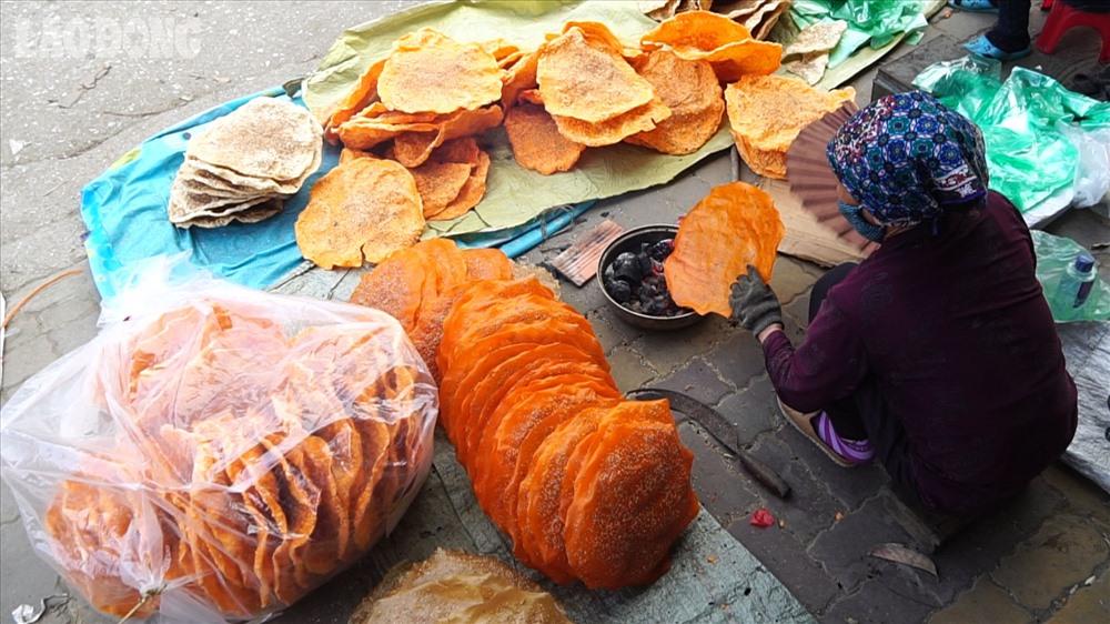 Theo chia sẻ của bác Nguyễn Thị Thảo, gia đình bác trực tiếp sản xuất bánh đa này và chỉ sản xuất vào tháng Giêng hằng năm.