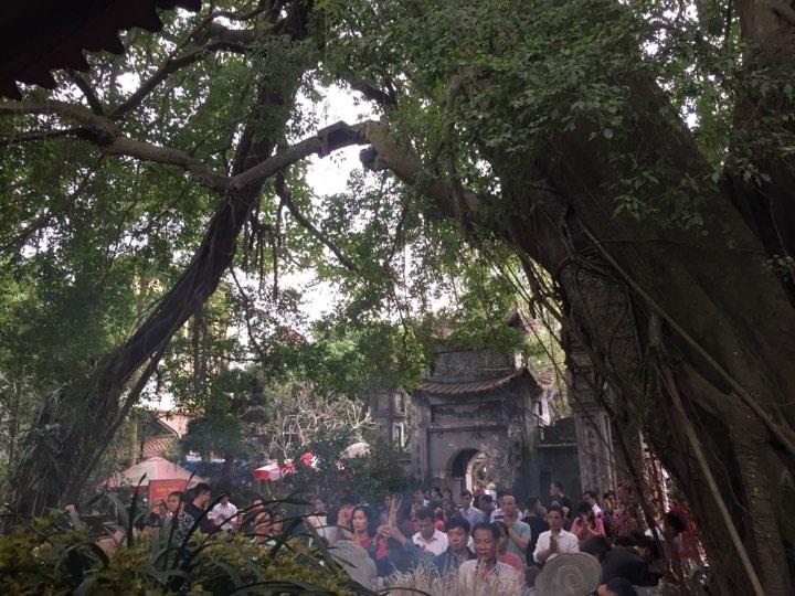 Người dân đứng đông nghịt để thắp hương lễ Mẫu.