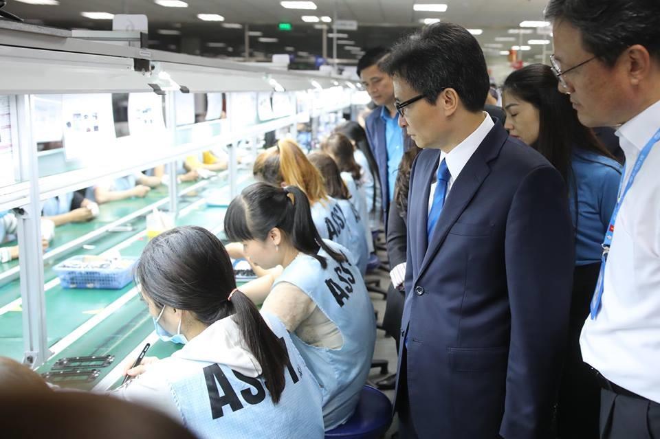Phó Thủ tướng Vũ Đức Đam thăm hỏi CN Cty SJ Tech Việt Nam đang làm việc. Ảnh: Sơn Tùng.