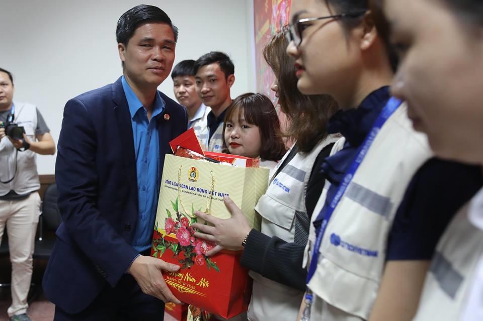 Phó Chủ tịch Tổng LĐLĐVN Ngọ Duy Hiểu trao quà tới CN Cty SJ Tech Việt Nam. Ảnh: Sơn Tùng.