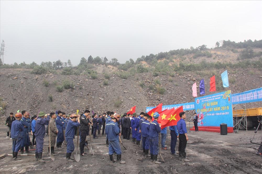 """Đoàn viên thanh niên và Công đoàn Cty CP than Hà Lầm ra quân """"Tết trồng cây"""" xuân 2019 và bắt tay vào sản xuất. Ảnh: T.N.D"""