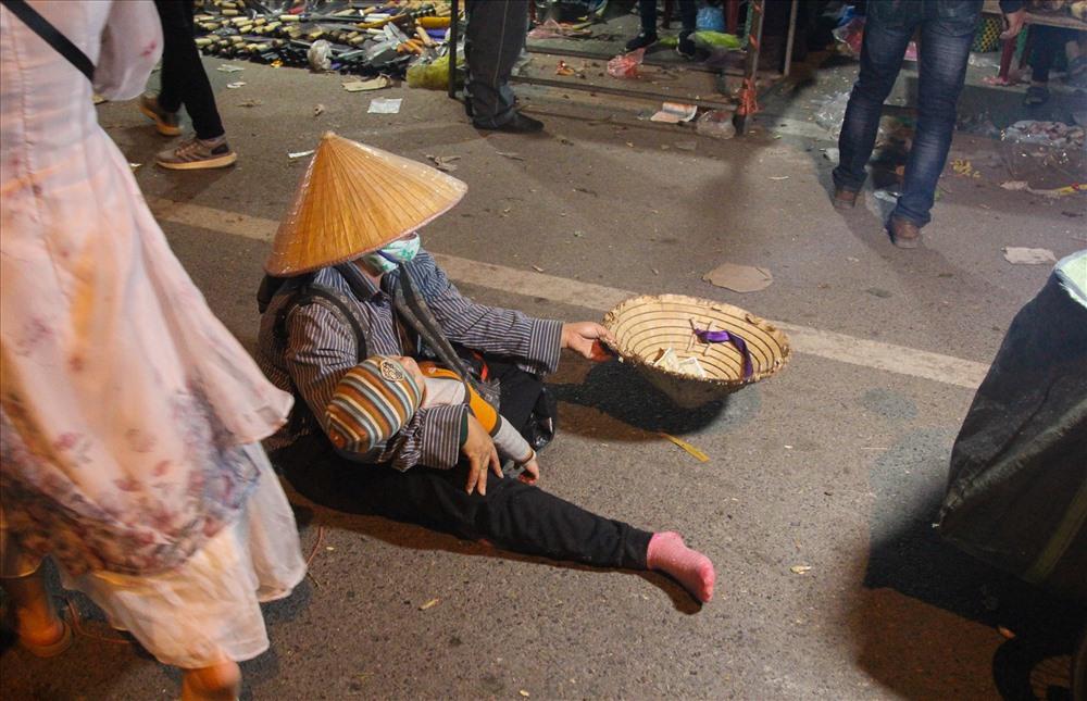 Nhìn thấy hình ảnh khốn khổ của người người đàn ông tàn tật nhiều người đi đường đã mủi lòng lại gần cho tiền.