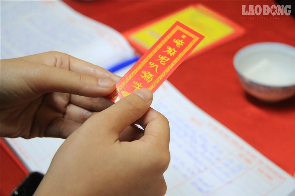 Du khách đến chùa hành lễ bái phật thường xin một thẻ đỏ may mắn, đây là câu chú của nhà Phật, mỗi người khi xin câu chú này thường cất giữ bên mình để được độ bình an.