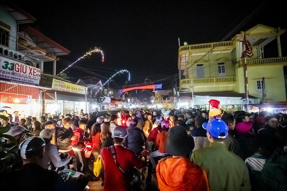 Chợ Viềng ở đâu: Người Già Ngất Xỉu, Thanh Niên Leo Cột điện Thoát Biển