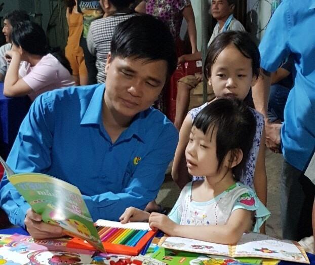 Đồng chí Ngọ Duy Hiểu - PCT Tổng LĐLĐVN đang hướng dẫn cháu Thảo Lam (con gái ruột đồng chí Toàn) học bài