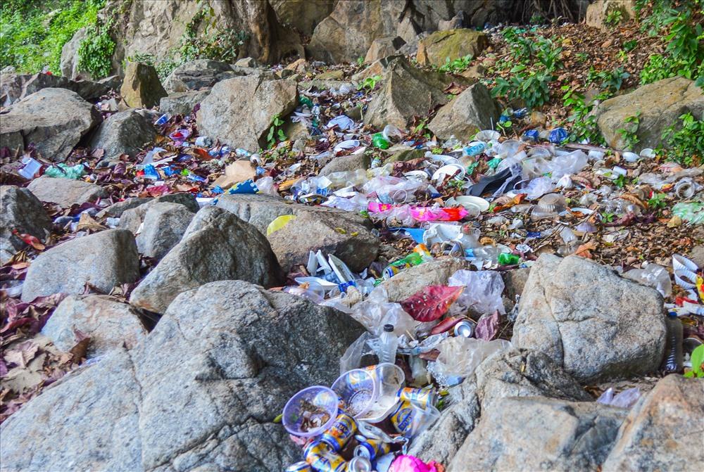 Tuy nhiên, khi du khách và người dân kéo đến tham quan nơi đây nhiều gây nên hiện tượng xả rác, khiến nơi đây đầy rẫy rác thải sinh hoạt tạo nên cảnh tượng hết sức nhếch nhác.