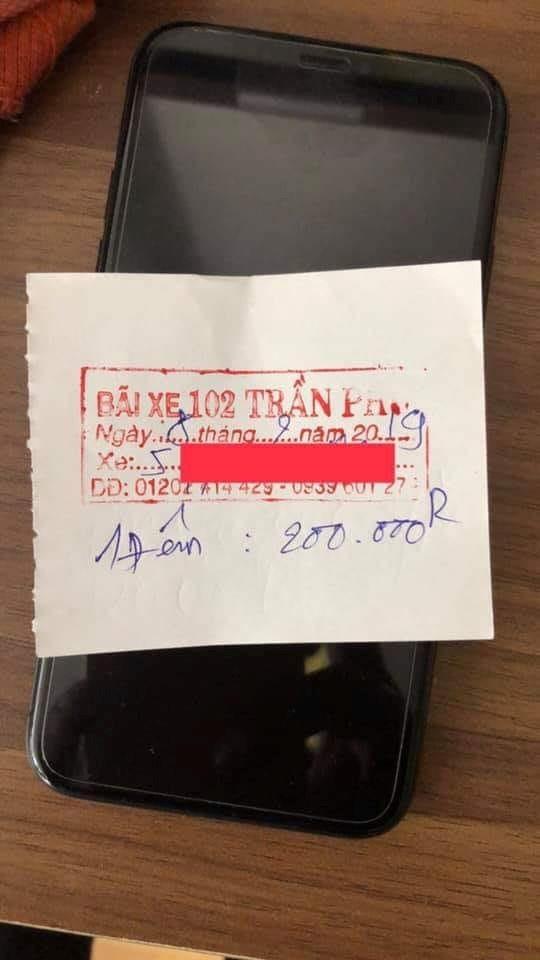 Vé gửi xe tính giá 200.000 đồng ở Nha Trang. Ảnh: PV