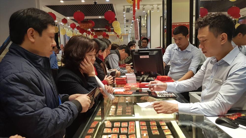 Với tâm lý của nhiều người là mua lấy may nên mặt hàng được ưa chuộng trong ngày vía Thần Tài thường là các sản phẩm đồng vàng 9999 ép vỉ với các trọng lượng 1 chỉ, 2 chỉ.