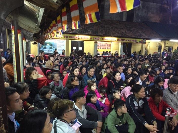 Người dân ngồi chật cứng sân chùa Phúc Khánh.