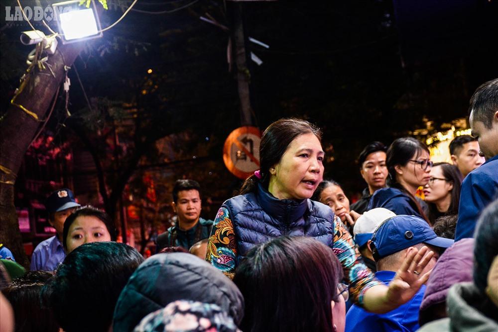 Tại các cửa hàng vàng bạc đá quý lớn như Phú Quý, Bảo Tín Minh Châu, không khí trở nên ngày càng náo nhiệt về sáng.