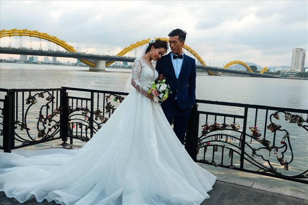 Một cặp đôi chọn cầu tình yêu làm nơi chụp ảnh cưới.