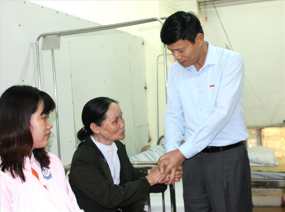 Tổng Biên tập Báo Lao Động thăm hỏi, động viên thân nhân liệt sĩ- AHLLVTND Đỗ Sỹ Hòa. Ảnh: Thùy Linh